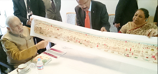 Prime Minister presents map of Varanasi to Kyoto Mayor Daisaku Kadokawa during his visit to Kyoto