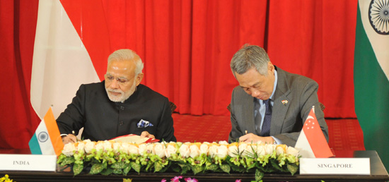 Prime Minister and Prime Minister Lee Hsien Loong of Singapore sign bilateral agreements at the Signing Ceremony in Singapore