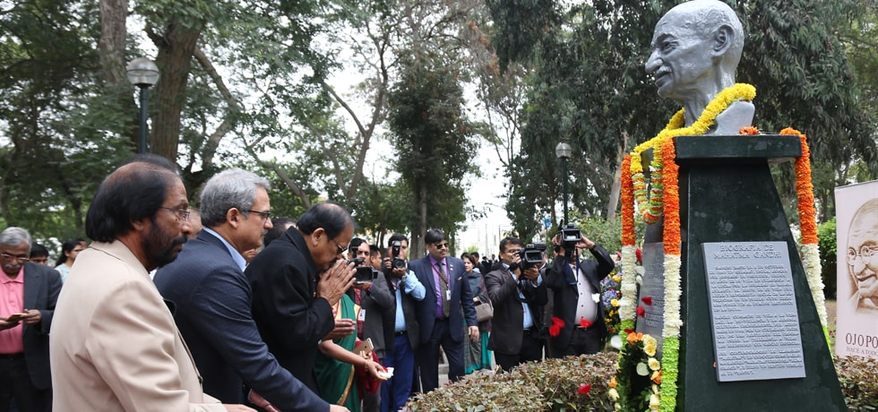 Vice President pays his respects at the Statue of Mahatma Gandhi in Lima